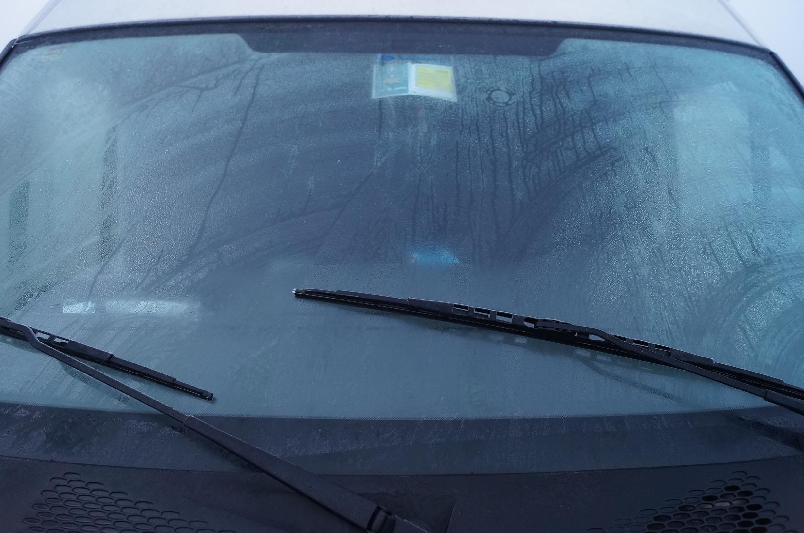 Come rimuovere i graffi dal vetro dell'auto in modo efficace?