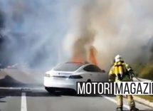 Tesla prende fuoco